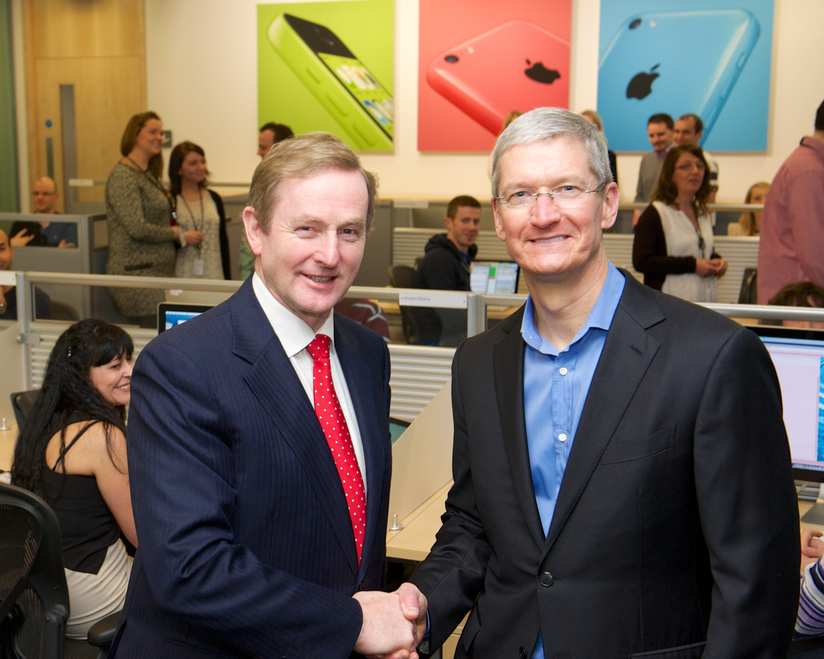 Il politico irlandese Enda Kenny e il CEO Tim Cook